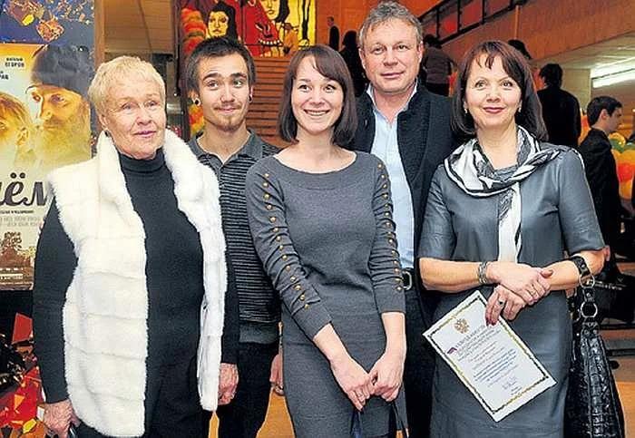 Вера Новикова с семьей( мужем, свекровью, дочерью Машей и зятем)